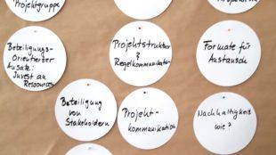Metaplanwand mit Diskussionspunkten im Plenum